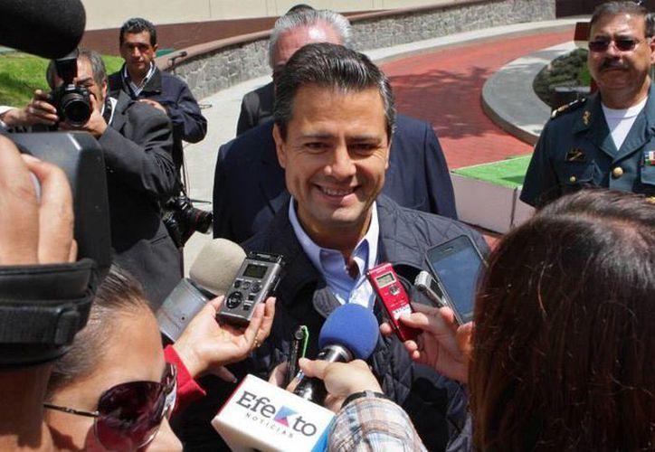 Peña Nieto con los medios de comunicación a su salida del Hospital Militar. (facebook.com/EnriquePN)