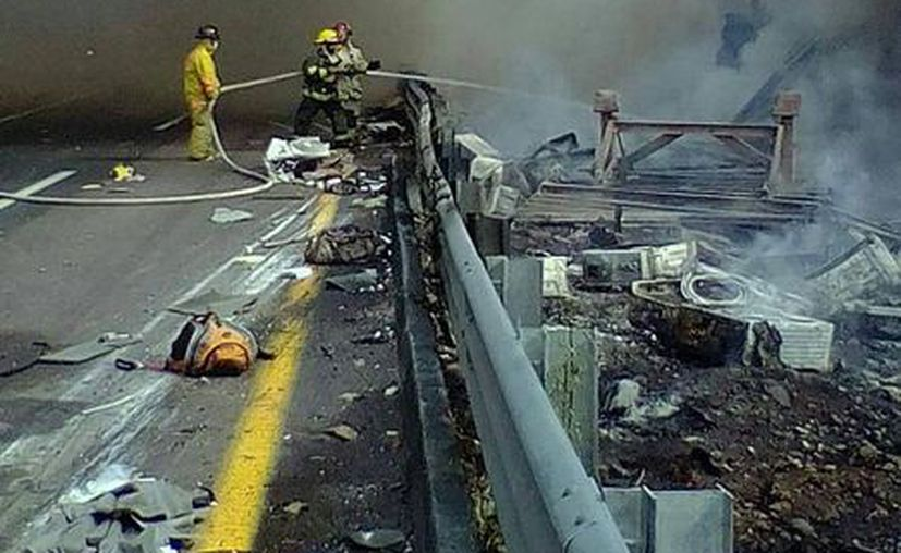 Tras sofocar el incendio, los bomberos encontraron los cuerpos de la madre y la hija. (Internet)