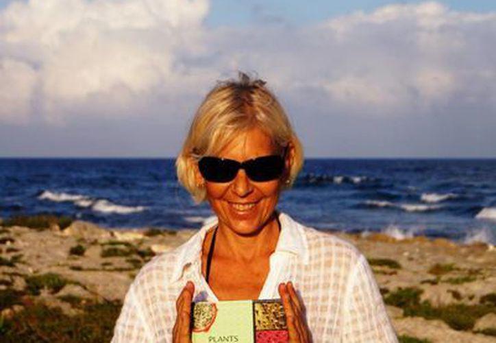 La escritora rusa Svetlana Aleksandroff  con su libro que fue premiado. (Yenny Gaona/SIPSE)