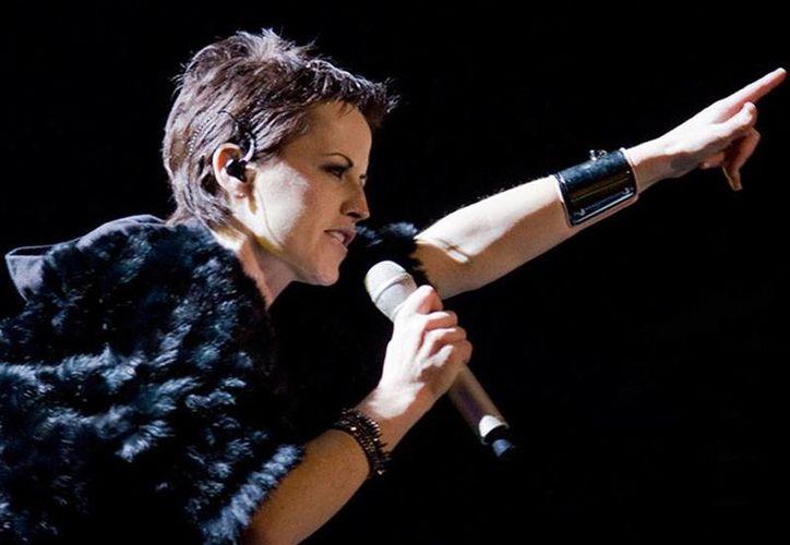 La cantante  Dolores O'Riordan, vocalista de Cranberries, fue detenida por supuestamente atacara a una azafata en un vuelo de Nueva York a Dublin. (archivo/excelsior.com.mx)