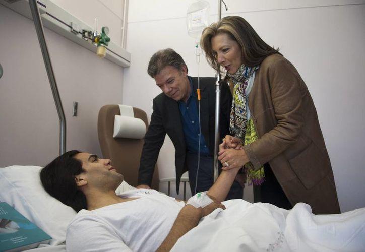 El presidente de Colombia, Juan Manuel Santos, con su esposa María Clemencia Rodriguez durante su visita al delantero Radamel Falcao en Portugal. (Agencias)