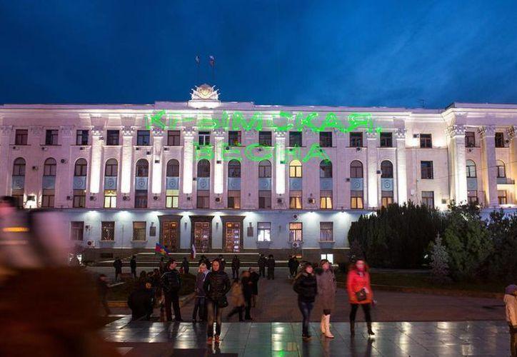 """Unas letras en la fachada del edificio del Consejo de Ministros en las que se lee """"Primavera en Crimea"""" en Simferopol, Crimea. (EFE)"""