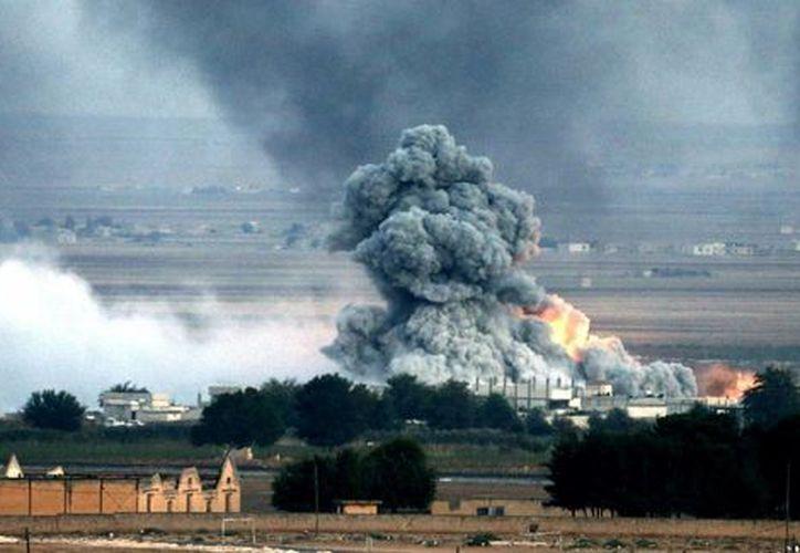 Imagen de una explosión tras un bombardeo presuntamente efectuado por la coalición internacional, liderada por EU, en el enclave kurdo sirio de Kobani, en la frontera con Turquía. (Archivo/EFE)