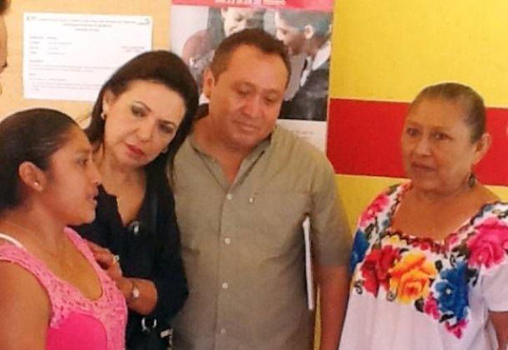 La diputada Sofía Castro con integrantes del cabildo de Sudzal. (Cortesía)