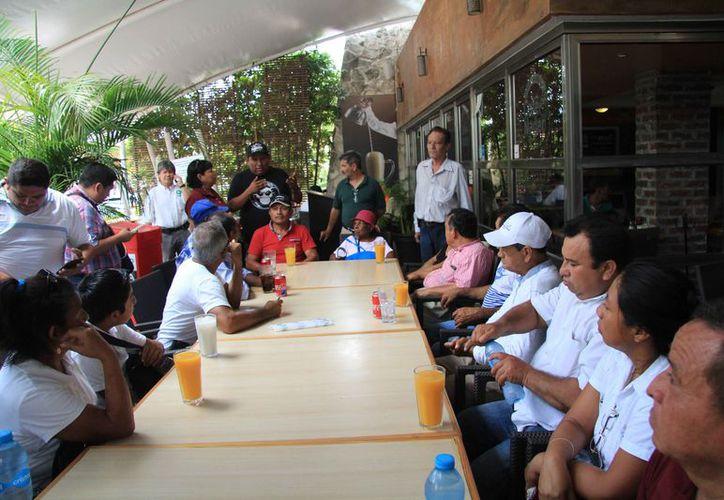 Los habitantes se reunieron con el secretario del Ayuntamiento de Benito Juárez. (Luis Soto/SIPSE)