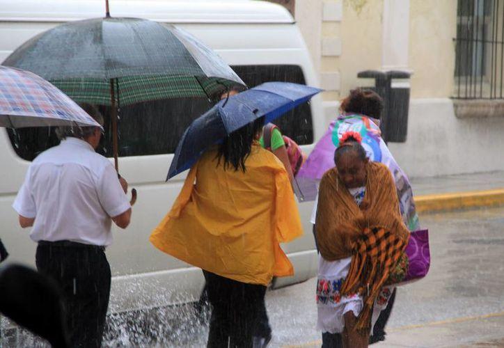 La lluvia en Mérida comenzó aproximadamente a las cuatro de la tarde y siguió hasta ya entrada la noche. (José Acosta/SIPSE)