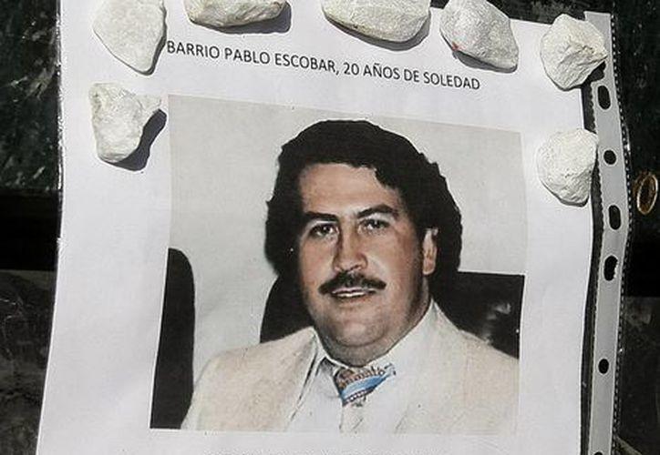 Una fotografía colocada en la tumba del narcotraficante Pablo Escobar en el cementerio Montesacro, al sur de Medellín, Colombia. (EFE)