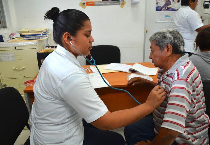 Las familias recurren a la automedicación porque no cuentan con los recursos suficientes para surtir la receta. (Javier Ortiz/SIPSE)