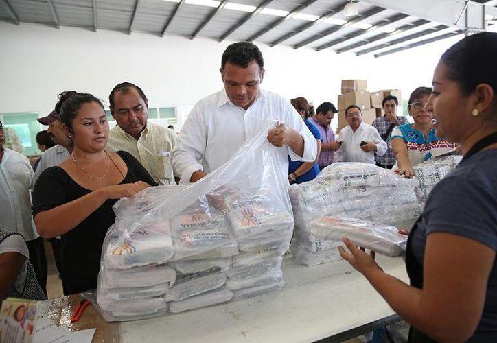 Ayer, el Gobernador supervisó el empaquetado de los apoyos escolares que beneficiarán a más de 225 mil alumnos yucatecos. (Cortesía)