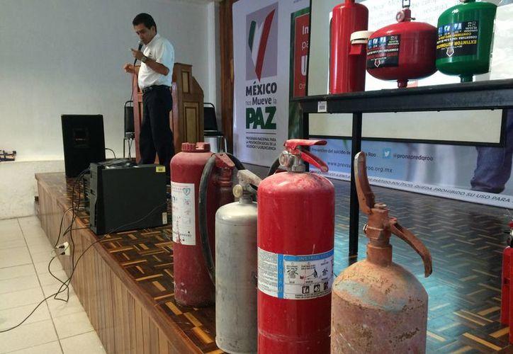 La norma obliga a conocer los requerimientos y procedimientos con que se debe cumplir en el servicio de mantenimiento y recarga de extintores portátiles. (Claudia Martín/SIPSE)