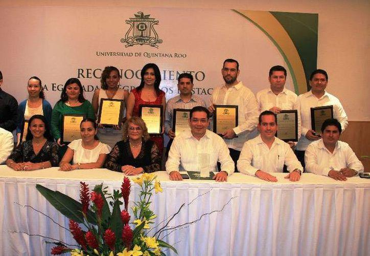 Dentro del evento, fue reconocida la trayectoria de nueve egresados. (Cortesía/Uqroo)