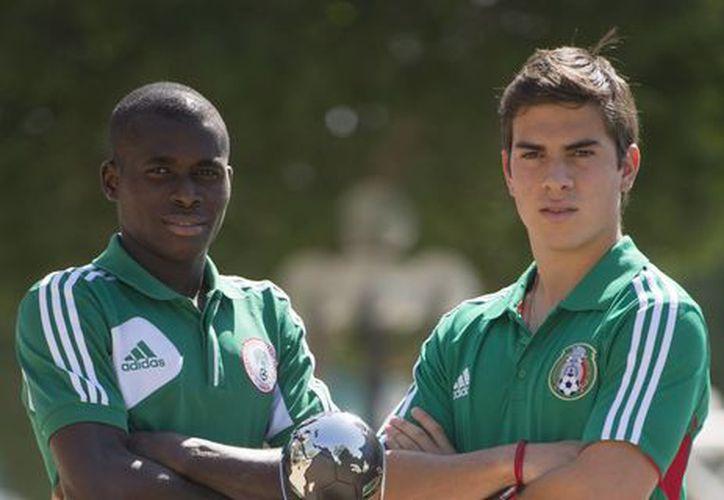 Los capitanes de Nigeria y México con la Copa del Mundial Sub 17. (La Afición)