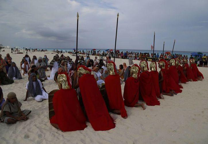 Participantes en el Viacrucis realizado en Playa Delfines. (Israel Leal/SIPSE)