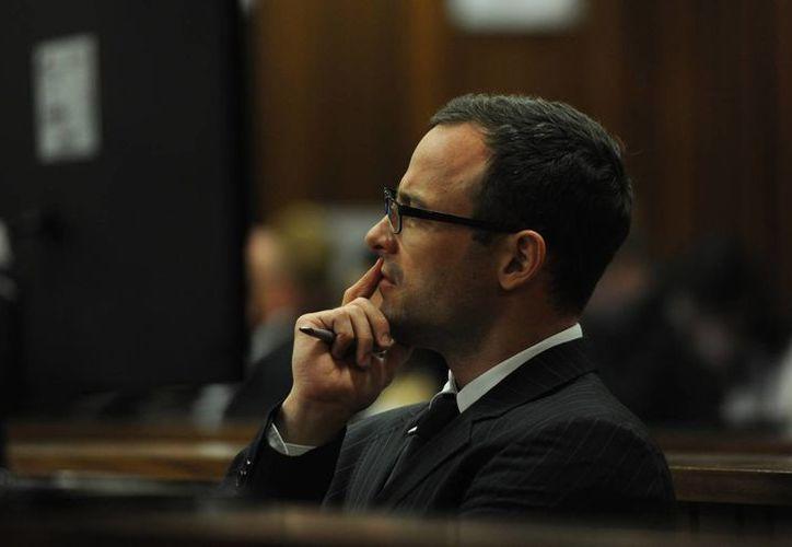Pistorius atiende durante el juicio en Pretoria, Sudáfrica, por el asesinato que cometió contra su novia. (Foto: AP)