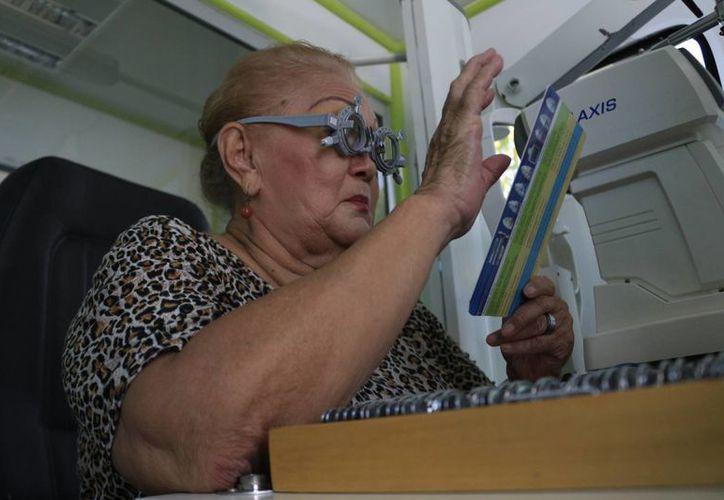 Las autoridades de salud recomiendan que las personas acudan a un oftalmólogo antes de adquirir lentes graduados. (Harold Alcocer/SIPSE)