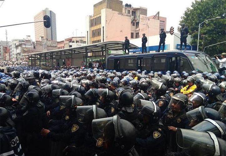 Miembros de la CNTE rompieron en una ocasión un cerco de granaderos, pero metros más adelante se había formado uno más. (Excélsior)