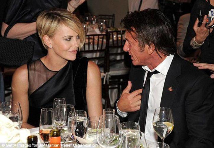 La pareja estuvo junta toda la noche demostrando su amor entre besos y caricias. (Foto tomada de dailymail.co.uk)