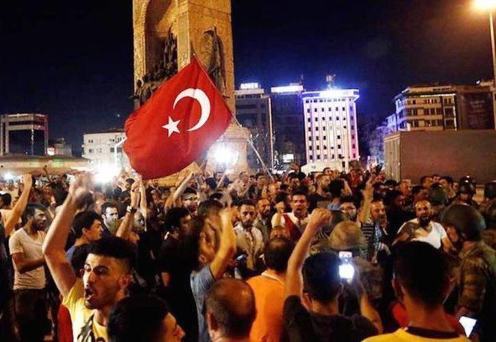 Una multitud salió a las calles en apoyo al presidente Erdogan tras el golpe militar del pasado 15 de julio. Ordenan el arresto de periodistas. (Archivo/EFE)
