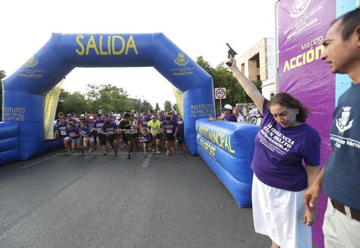 María Herrera Páramo, directora del Instituto Municipal de la Mujer, da el disparo de salida en la carrera y caminata que se realizó el domingo para crear conciencia sobre el problema de la violencia contra las mujeres. (SIPSE)