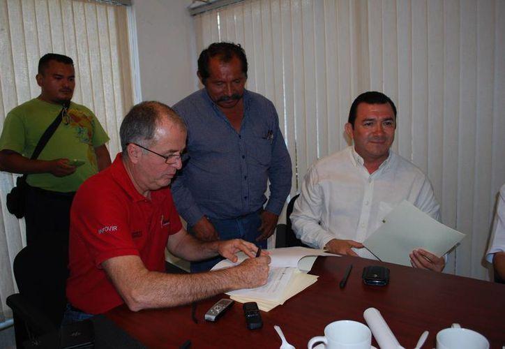El director general del Infovir en la firma del convenio. (Tomás Álvarez/SIPSE)
