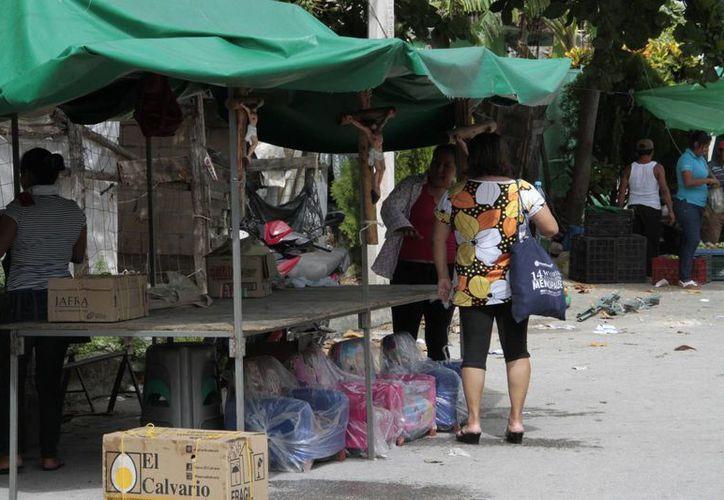 Los ciudadanos aprovechan los tianguis para vender productos. (Tomás Álvarez/SIPSE)