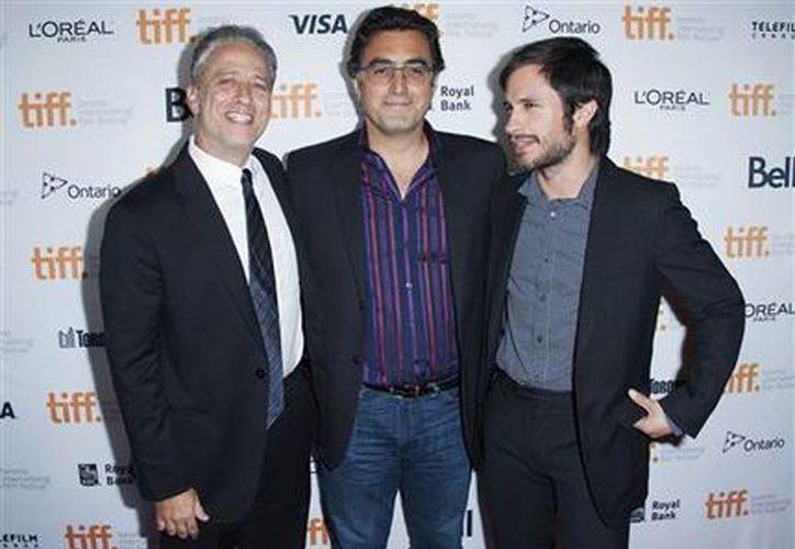 El cineasta Jon Stewart, el periodista Maziar Bahari y el actor Gael García Bernal en el estreno de Rosewater en el Teatro Princess of Wales durante el Festival Internacional de Cine de Toronto. (Agencias)