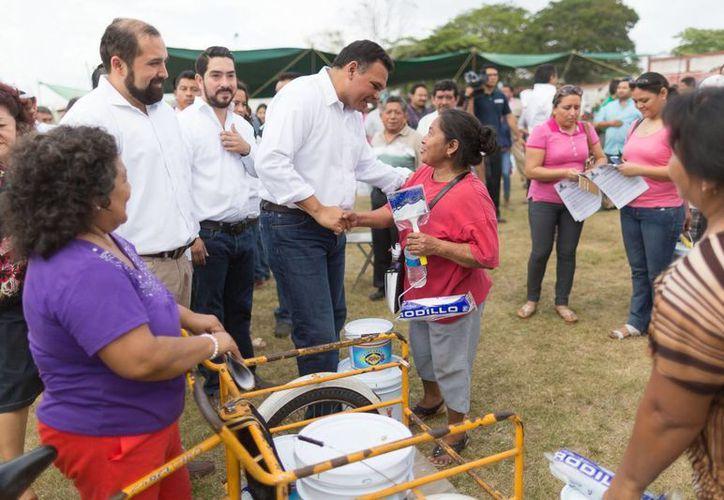 El gobernador Rolando Zapata Bello continúa entregando apoyos de Pintando tu bienestar. (SIPSE)