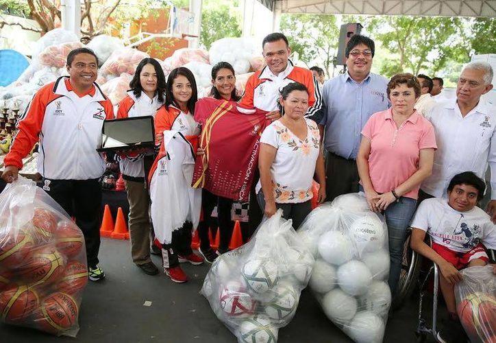 El Gobernador entregó ayer equipo deportivo para atletas originarios de 97 municipios yucatecos. (Milenio Novedades)