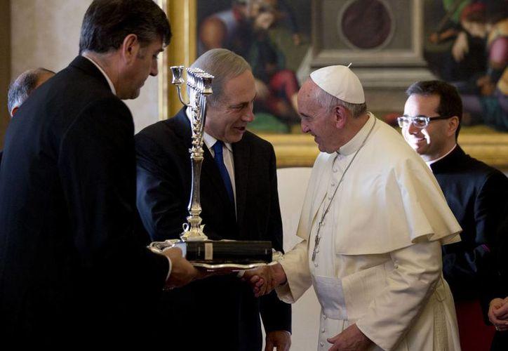 Durante su visita al Vaticano, Netanyahu regaló al Papa Francisco un menora, un candelabro que simboliza el judaísmo. (Agencias)