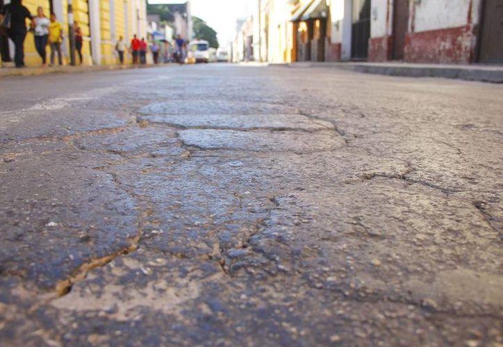 En muchas calles del centro de Mérida el pavimento se encuentra  muy dañado. (Juan Albornoz/Milenio Novedades)