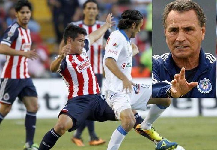 A 'El Güero' (r) no le fue bien en su primera época como entrenador de Chivas ni tampoco ahora. (Agencias/Archivo)