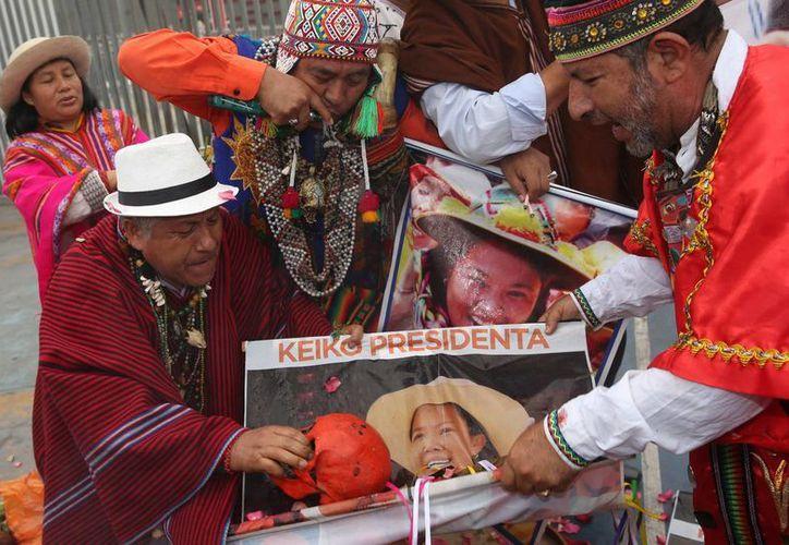 Los chamanes que apoyan a Keiko Fujimori aseguran que la lideresa de Fuerza Popular será 'la futura presidenta' porque 'la Pachamama ya no quiere hombres como presidentes'. (EFE)