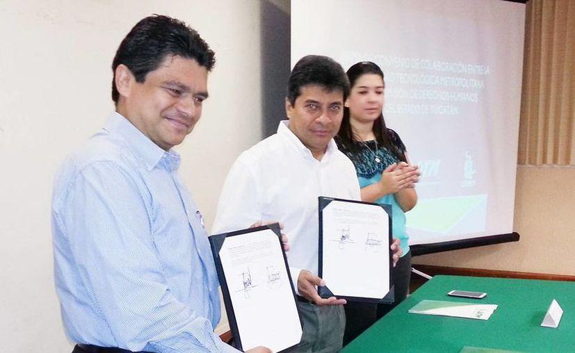 Los firmantes del acuerdo,  Ariel Aldecua Kuk, rector de la UTM, y Jorge Victoria Maldonado, presidente de la Codhey, quienes capacitarán a los alumnos. (Milenio Novedades)