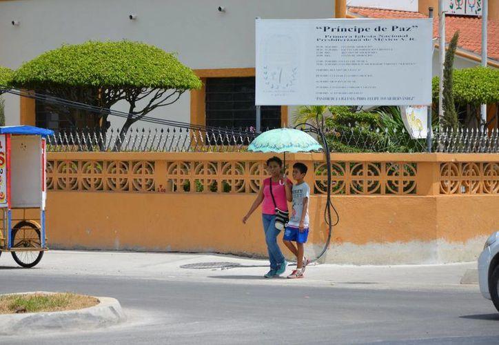 Las autoridades de salud recomiendan mantenerse hidratado y evitar exponerse muchas horas al sol. (Gerardo Amaro/SIPSE)
