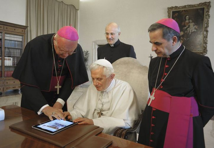 El Papa Benedicto XVI toca una pantalla táctil para enviar un tweet.