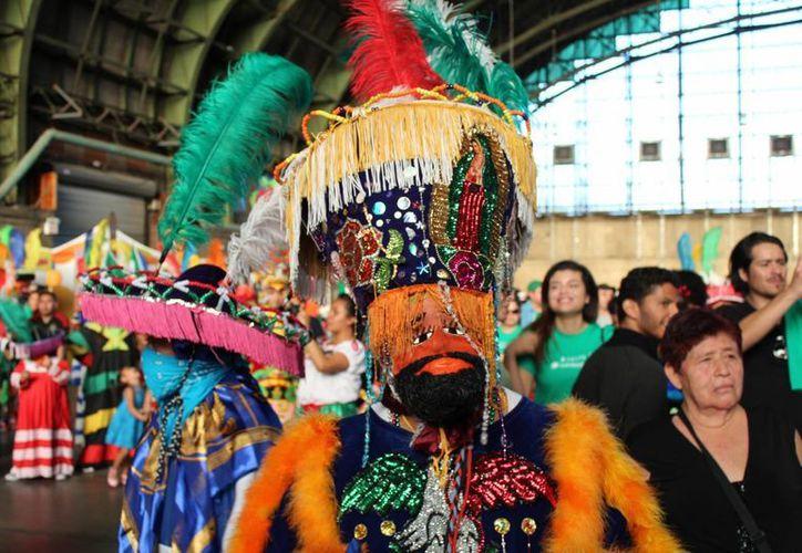 Una pequeña parte de la gran comunidad mexicana en Nueva York acudió a festejar la Independencia nacional. (Notimex)