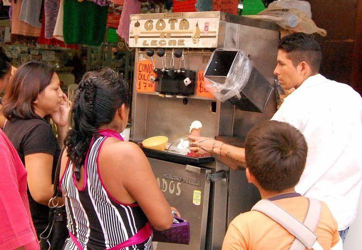 El fuerte calor en Mérida propicia el consumo de productos helados.  (Wilberth Argüelles/SIPSE)