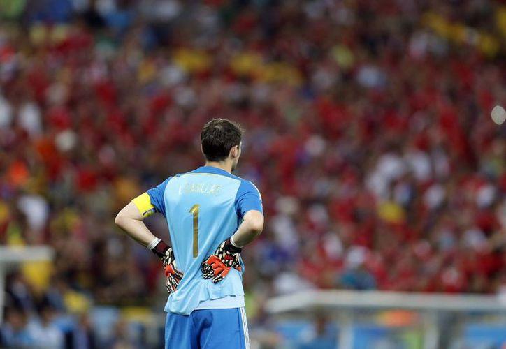 El arquero de la selección de España, Iker Casillas, observa en los últimos minutos de un partido contra Chile en la Copa del Mundo el 18 de junio de 2014. (AP Photo/Frank Augstein, File)