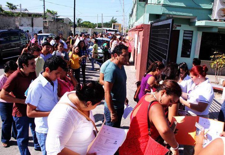 Miles de docentes yucatecos participaron ayer en una evaluación para obtener una plaza en primaria. (Milenio Novedades)