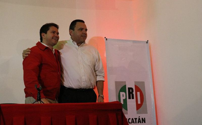 Mauricio Sahuí Rivero y su coordinador de campaña, Roberto Rodríguez Asaf. (José Acosta/SIPSE)
