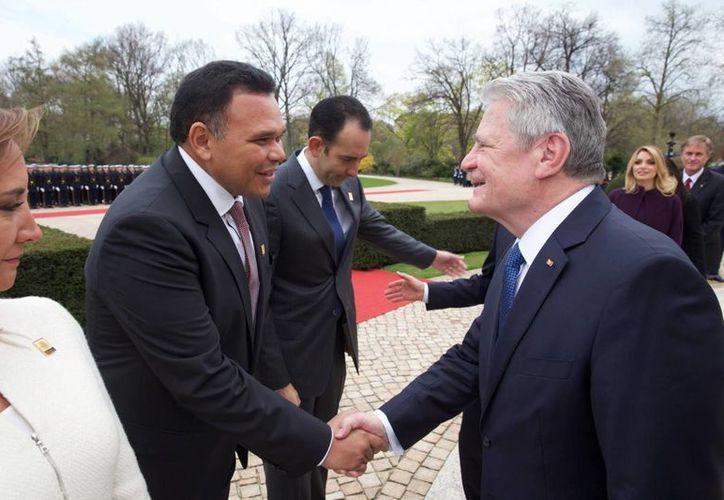 El gobernador de Yucatán, Rolando Zapata, saluda al  Joachim Gauck, en una visita de una delegación mexicana encabezada por el presidente Enrique Peña, en el inicio del Año Dual. (Fotos cortesía del Gobierno de Yucatán)