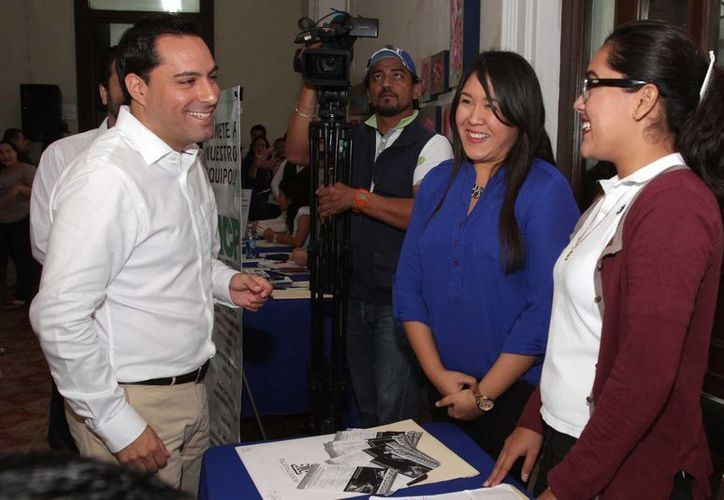 El alcalde Mauricio Vila durante un recorrido en la segunda Feria del Empleo 2016 promovida por el Ayuntamiento de Mérida. (Foto cortesía del Gobierno de Yucatán)