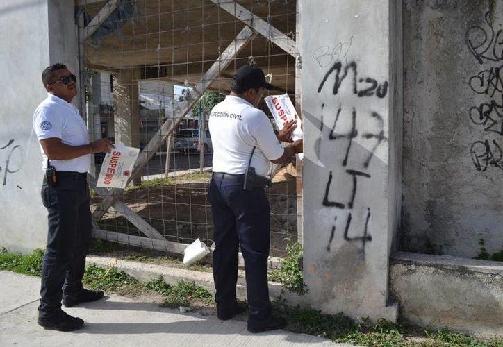 Protección Civil clausuró la construcción en la cual resultó lesionado uno de los trabajadores, le cayó una trabe en el pie. (Redacción/SIPSE)