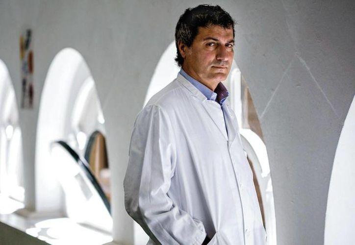 El cirujano italiano Paolo Macchiarini saltó a la fama mundial en Barcelona, donde realizó trasplantes pioneros, hoy la Justicia sueca lo investiga por supuesta negligencia médica relacionada con la muerte de dos pacientes. (sciencemag.org)