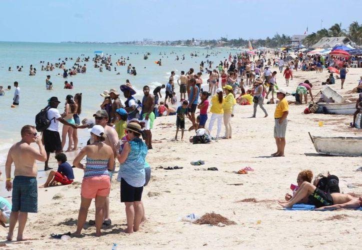 Vacacionistas volvieron a 'inundar' Progreso este jueves. Las altas ventas no solo fueron para el sector turístico. (Milenio Novedades)