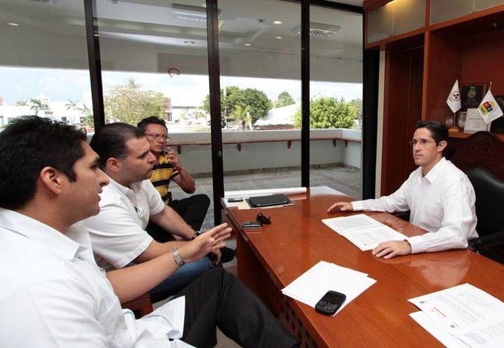 El presidente de la Canaco-Servytur, el secretario general de la Comuna, el director general de Desarrollo Económico y el alcalde, durante la reunión. (Cortesía/SIPSE)