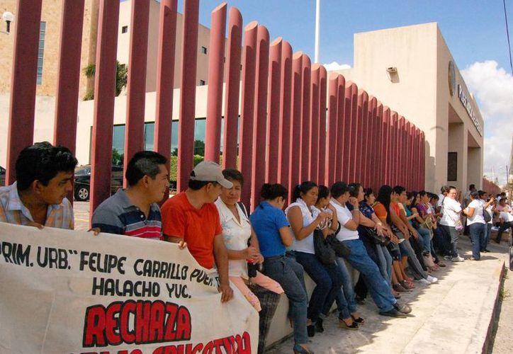 """Los docentes realizaron una """"guardia"""" a las puertas del tribunal. (Milenio Novedades)"""