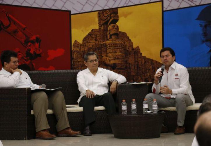 Mauricio Sahuí Rivero, así como los otros tres candidatos, tuvieron participación en el foro. (José Acosta/Milenio Novedades)