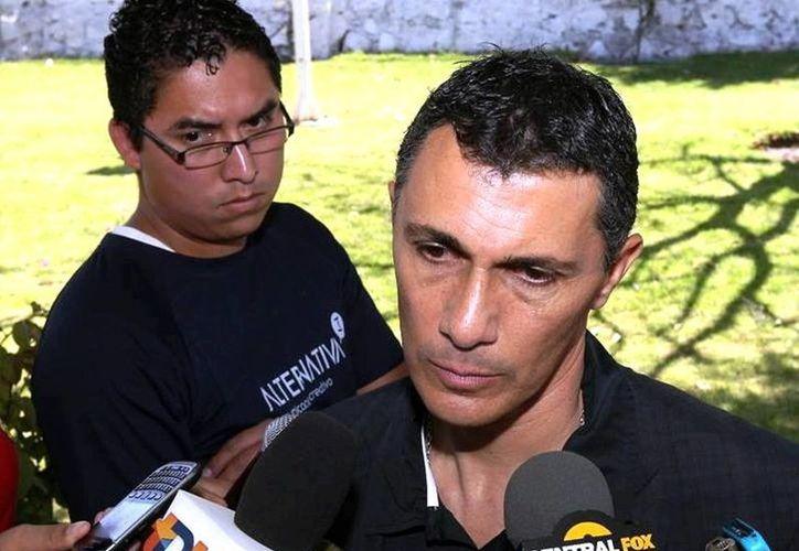 Adolfo Ríos (d), presidente del Querétaro, detalló que se llegó a un acuerdo con la FMF que garantizará a la escuadra su permanencia en el máximo circuito. (Facebook/Queretaro F.C.)
