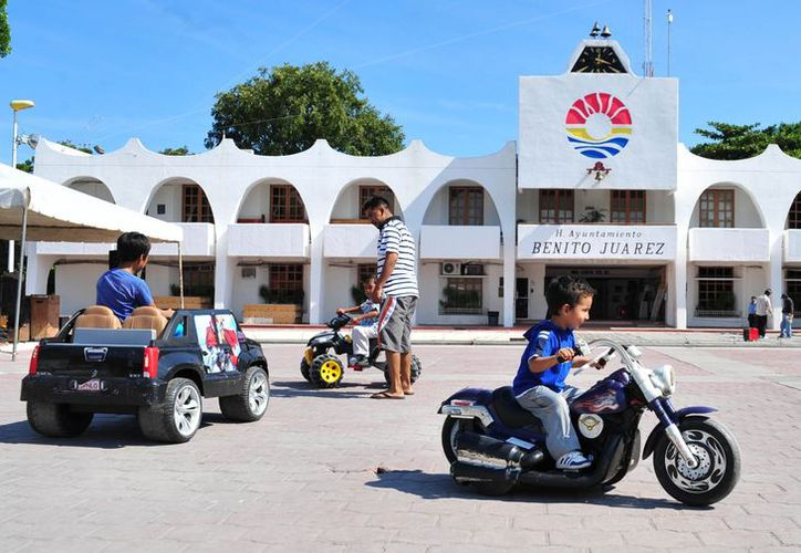 En la Plaza de la Reforma se vieron vehículos eléctricos para la diversión de los pequeños. (Redacción/SIPSE)